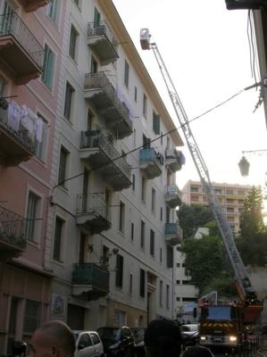 L'incendie, de nature encore indéterminée, s'est déclaré au 5è étage dans un studio situé au 7 rue Comte Bacciochi. (Photo : Yannis-Christophe Garcia)