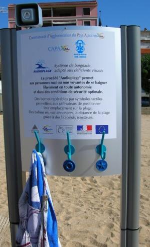 Le Totem de guidage, installé sur la plage, permet aux personnes non-voyantes de rejoindre l'eau, d'y évoluer à la fois en toute autonomie et en sécurité. (Photo : Yannis-Christophe Garcia)
