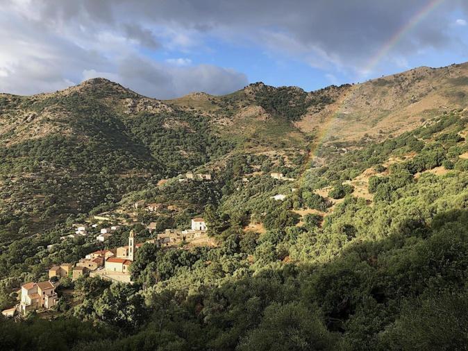Capture d'un arc-en-ciel au dessus d'Avapessa et son écrin d'oliviers multi centenaires. (Valentin Deleau)
