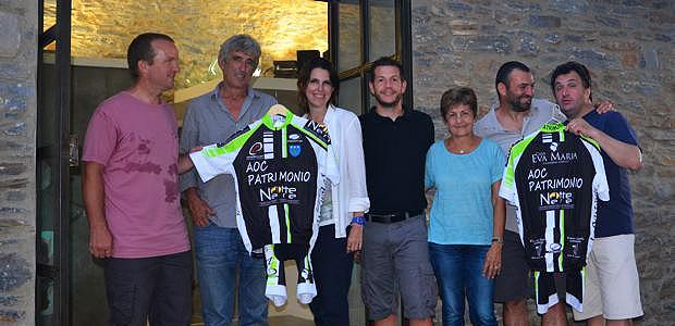 Les sponsors du futur club de vélo présentent le maillot du club.