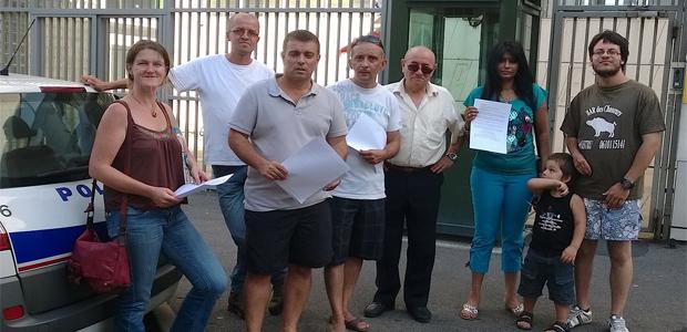Jean-François Baccarelli et la famille de Stuart Sanchez devant le commissariat