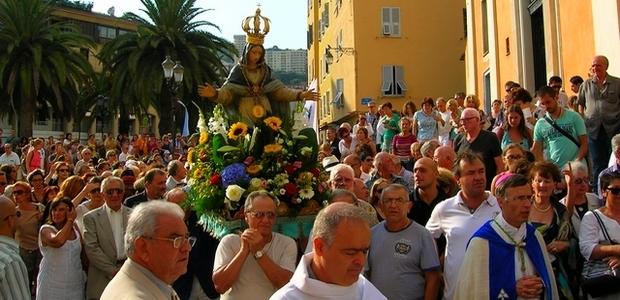 Les Ajacciens ont célébré dans la ferveur l'Assunta Gloriosa ce jeudi 15 août. Emmenée par l'évêque de Corse Mgr Olivier de Germay, la procession a rassemblé 600 personnes. (Photo : Yannis-Christophe Garcia)