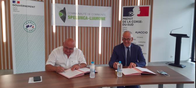 Pascal LELARGE, préfet de Corse, préfet de la Corse-du-Sud, et François COLONNA, président de la  Communauté de Communes Spelunca Liamone ont signé le 12 juillet le premier Contrat de Relance et de Transition Ecologique de la Corse-du-Sud