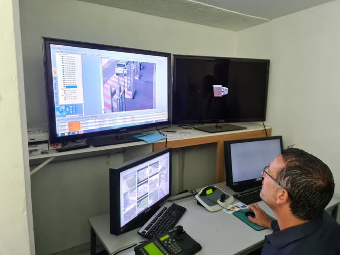 Le président de la CAB inspecte l'intérieur et l'extérieur du stade grâce au système de vidéosurveillance. Crédits Photo : Pierre-Manuel Pescetti