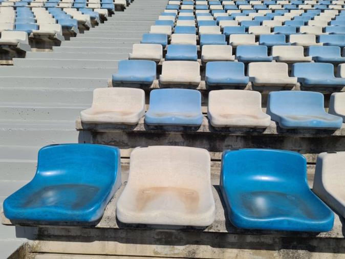 La différence est marquante entre les sièges du bas, nettoyés au chalumeau, et ceux du haut en attente de relooking. Crédits Photo : Pierre-Manuel Pescetti