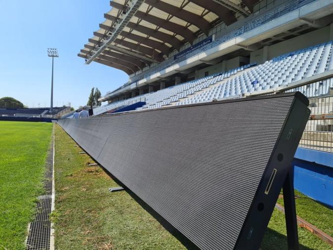 Les nouveaux panneaux LED longent la tribune sud. Crédits Photo : Pierre-Manuel Pescetti