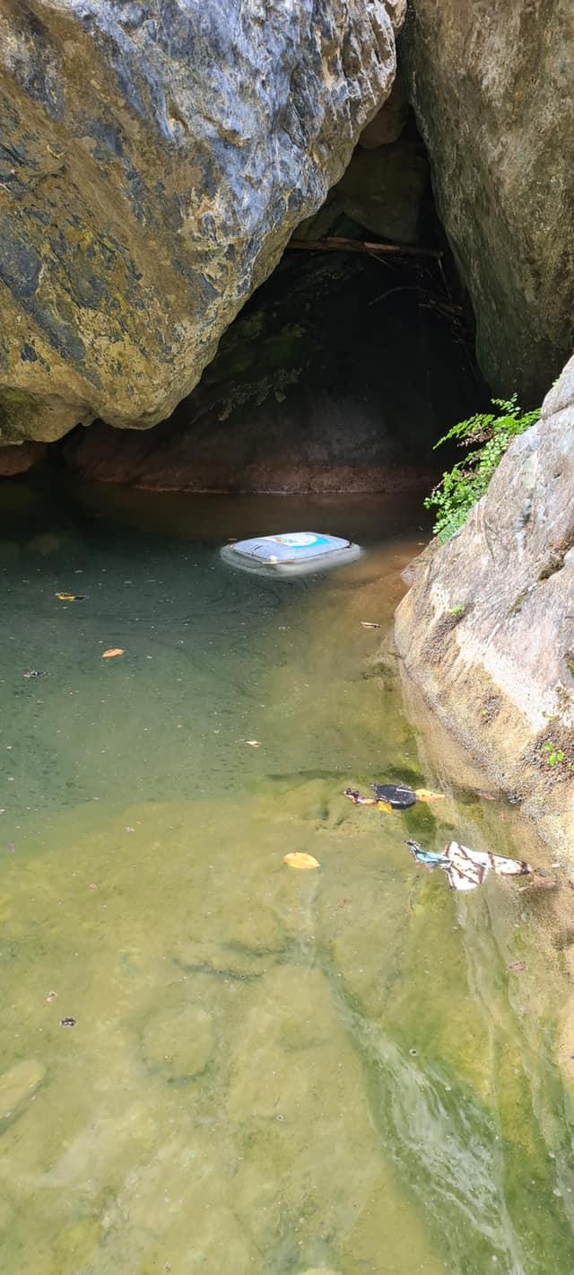 Un des bidons retrouvé sur place. Crédits Photo : Marie-Thérèse Olivesi