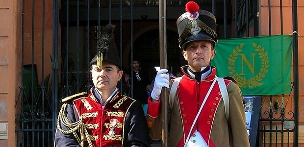 Gaston Leroux-Lenci, en uniforme du chirurgien en chef de la Grande Armée Dominique-Jean Larrey, et Eric Sadtler en tenue de Caporal infirmier despotat, lors de l'exposition. (Photo : Yannis-Christophe Garcia)