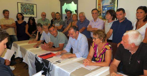 Les militants et élus de Femu a Corsica rassemblés autour de Gilles Simeoni et Jean-Christophe Angelini.
