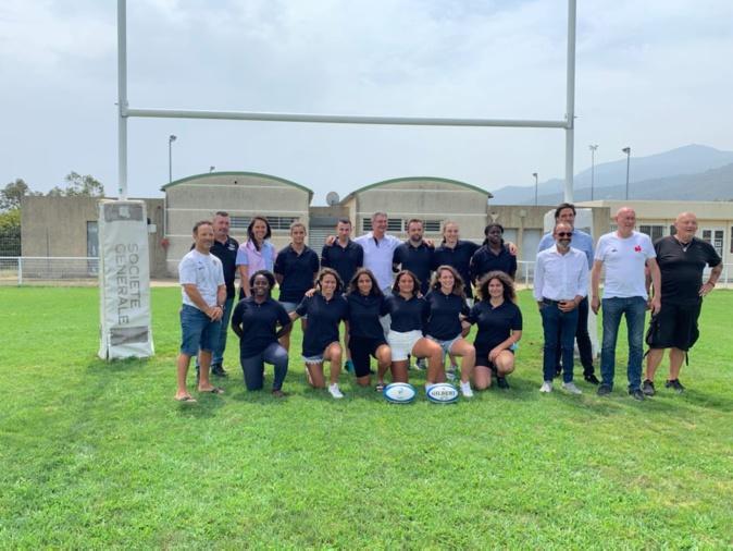 Les onze apprentis entourés des équipes de la ligue corse de rugby, du dispositif campus 2023 et du président de la Fédération Française de Rugby Bernard Laporte. Crédits Photos : Ligue corse de rugby.