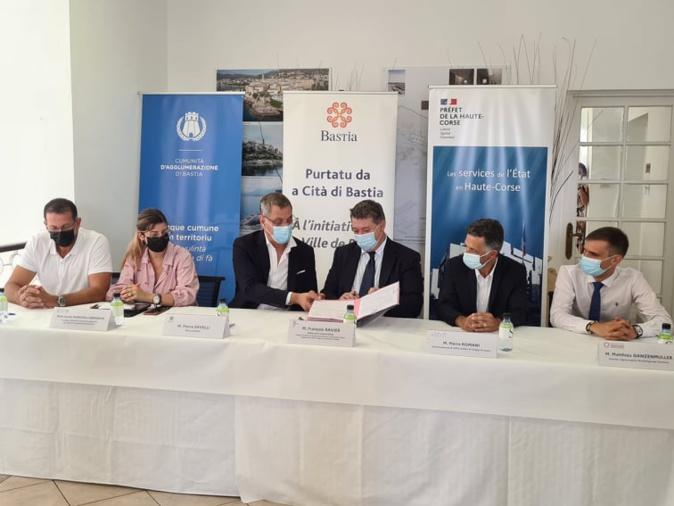 Les co-signataires ont souligné un travail de longue haleine qui va améliorer la qualité de vie des habitants. Crédits Photo Pierre-Manuel Pescetti