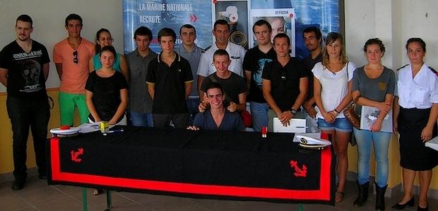 """Les jeunes recrues de la Marine Nationale réunies autour du Premier Maître Pascal Sabaté, lors du rassemblement de """"mise en route"""" qui a eu lieu lundi au CIRFA d'Ajaccio. (Photo : Yannis-Christophe Garcia)"""