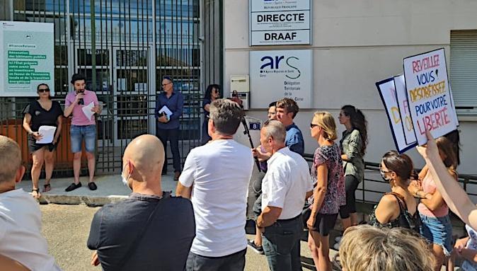 L'inter collectif a tenu une conférence devant l'ARS à Bastia pour dénoncer l'extension du passe sanitaire. (Photo Pierre-Manuel Pescetti)