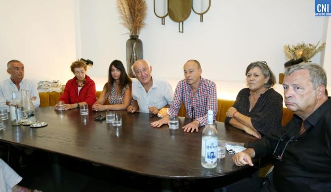 Une partie du jury du Prix du Mémorial à Ajaccio, avec les deux lauréats. Photo : Michel Luccioni