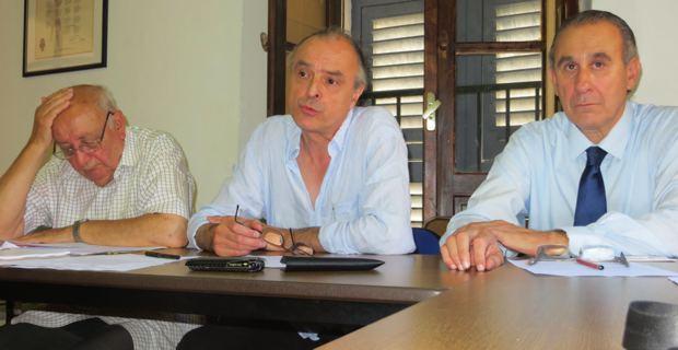 Le père Gaston Pietri, André Paccou, élu national de la Ligue des droits de l'Homme, et Ange-Pierre Vivoni, président de l'association des maires de Haute-Corse.