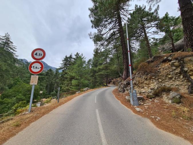 Le rétrécissement de la route vers les sommets sonne comme un défi. Crédits Photo Pierre-Manuel Pescetti