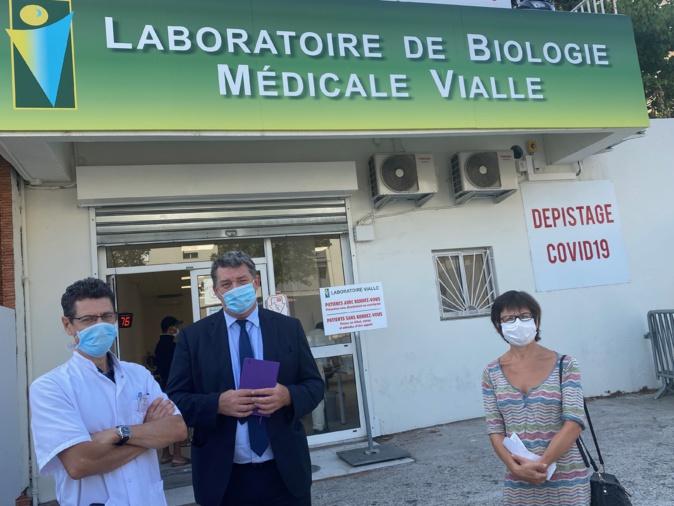 Jean-Michel Vialle, biologiste accompagnée du préfet de Haute-Corse, François Ravier ainsi que Anne-Marie Lhostis déléguée départementale de l'ARS 2B.
