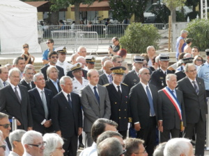 Délégation politique, militaire et ecclésiastique entourée d'un public nombreux (Photo DGD)