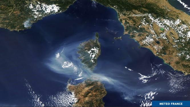 Image du satellite AQUA, le 17/08/2021 à 11h56 UTC :  Le panache de fumée lié aux incendies qui touchent Gonfaron dans le Var a atteint la Corse. A ces fumées s'ajoutent celles en provenance d'Algérie