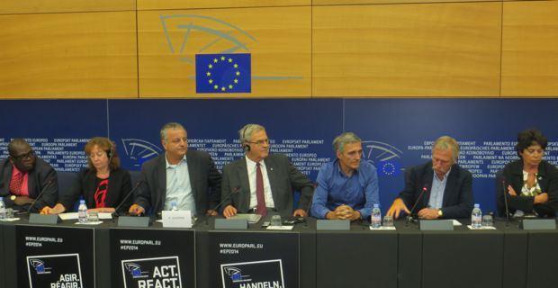 Les eurodéputés, lors de la conférence de presse après le vote.