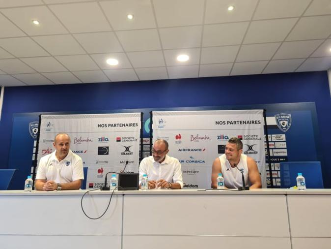 De gauche à droite : Philippe Saint-André, coach du MHR, Jean-Simon Savelli, président de la ligue corse de rugby, Guilhem Guirado talonneur du MHR et ancien joueur du XV de France. Crédits Photo : Pierre-Manuel Pescetti.