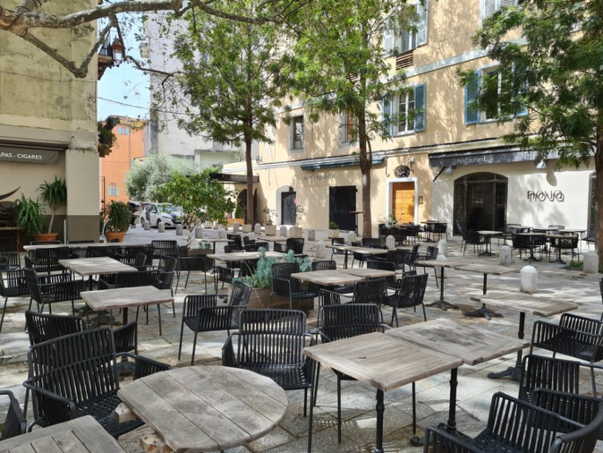 Les terrasses des restaurants et des bars ne sont pas restées vides bien longtemps et n'ont pas désempli depuis leur réouverture le 19 mai 2021. Crédits Photo : Pierre-Manuel Pescetti