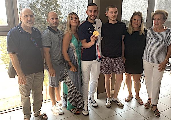 Steven Da Costa et sa médaille d'or en compagnie d'Anne-Marie Natali et de la famille Sampieri.