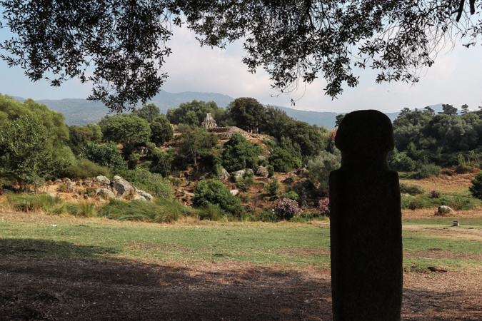 La photo du jour : un menhir regarde le site de Filitosa