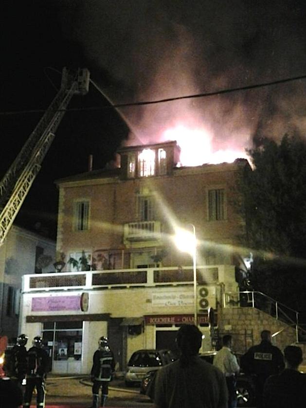 D'importants moyens luttaient contres les flammes. (Photo J.F)