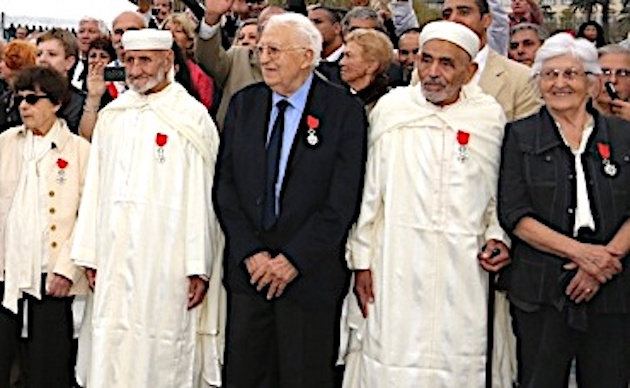 Le 4 octobre 2013, à Bastia, sur la place Saint Nicolas pour le 70ème anniversaire de la Libération de la Corse Léo sera décoré dans l'Ordre de la Légion d'Honneur par François Hollande président de la République.