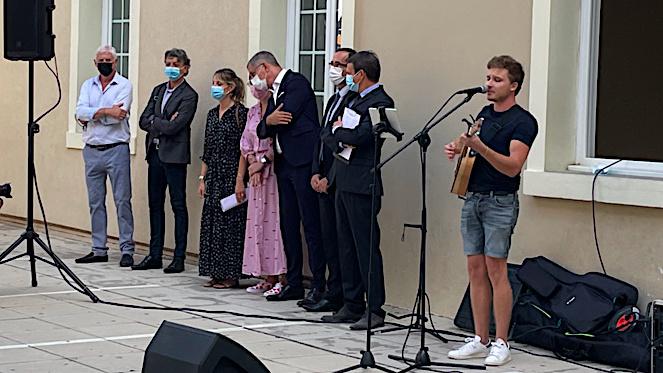 Les élus et le principal du collège pendant le concert