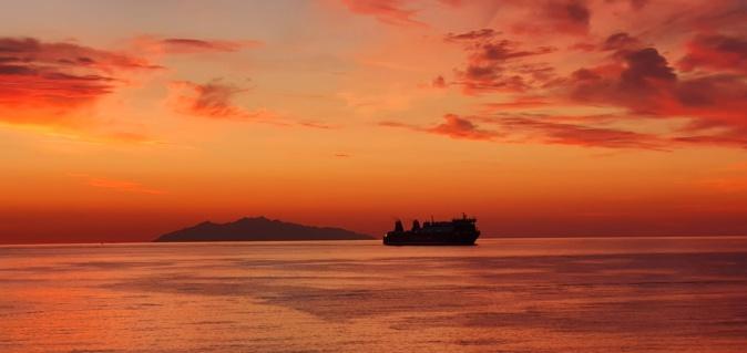 La photo du jour : l'Ile d'Elbe dans l'aube dorée