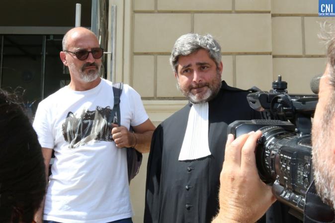 Thierry Casolasco et son avocat Maitre Mercinier-Pantalacci devant le palais de justice d'Ajaccio. Photo : Michel Luccioni