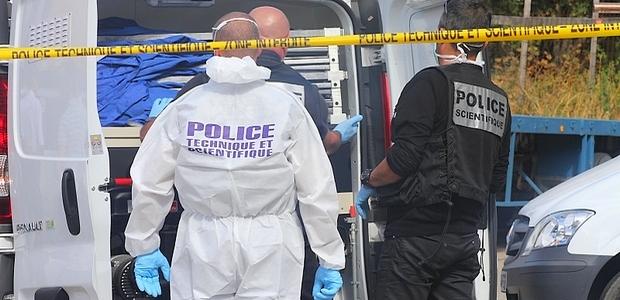 Les enquêteurs de la Police Judiciaire et leurs homologues de la Police Technique et Scientifique tentaient, mercredi après-midi, de recueillir des indices sur les lieux de l'assassinat. (Photo : Lydie Colonna)