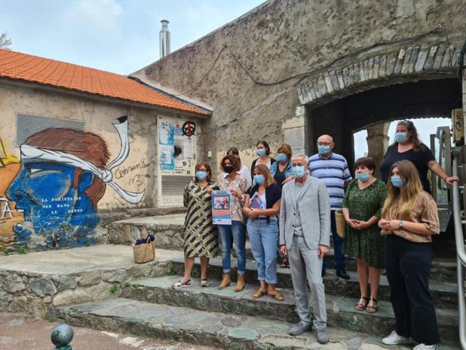 Xavier Poli, maire de Corte était entouré des équipes d'A Rinascita et du REAAP à la citadelle ce vendredi 10 septembre. Crédits Photo : Pierre-Manuel Pescetti