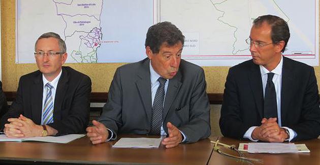 Jean Rampon, secrétaire général de la Préfecture 2B, Emille Zuccarelli, maire de Bastia et Cyril Luneau, Directeur des collectivités du groupe SFR.