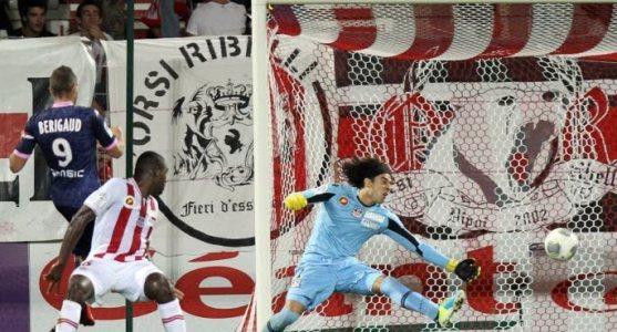 Battu trois fois contre Evian, Memo Ochoa risque à nouveau d'avoir du boulot, derrière une défense décimée (Ritrattu : AFP.fr)