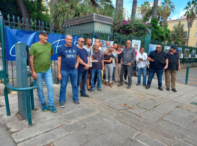 Plusieurs membres de la section Core In Fronte du Taravu devant la CdC vendredi 10 septembre