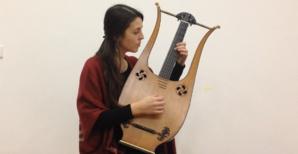 Sandrine Luigi et sa lyre guitare. Photo Christian Andreani.
