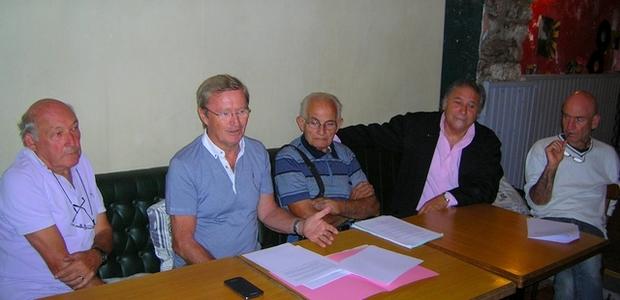 """Vincent Carlotti, entouré des membres du mouvement """"La Gauche Autonomiste"""", a présenté ses propositions d'amélioration sur le rapport Chaubon, mardi à Ajaccio. (Photo Yannis-Christophe Garcia)"""