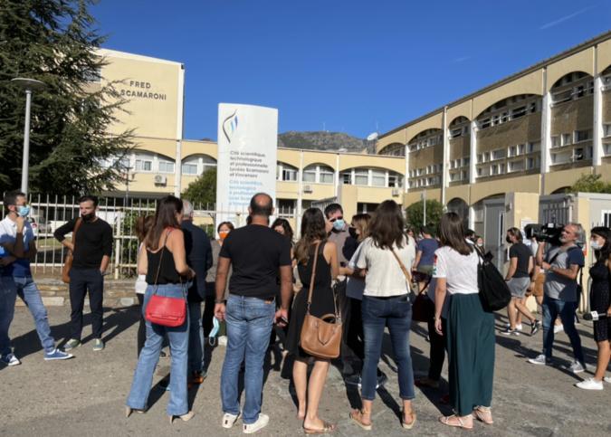 Plusieurs enseignants devant le lycée Vincensini de Bastia