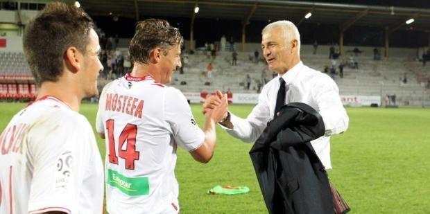 La joie de Goncalvès et de Mostefa, félicités par leur coach, après ACA-Lyon (Ritrattu : Pascal Pochard-Casabianca)