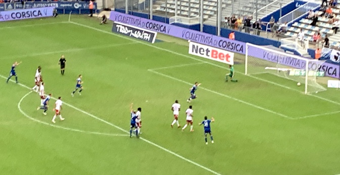 Santelli trompe Leroy sur penalty à la 48ème et ouvre le score pour le SCB