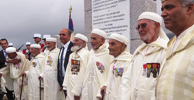 Le ministre des anciens combattants et les Goumiers devant la stèle de Teghime.
