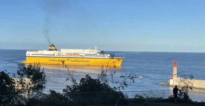 Un navire de la Corsica Ferries dans le port de Bastia. Photo CNI.