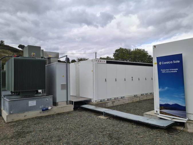 Trois batteries Tesla sont installées sur site. Crédits Photo : Pierre-Manuel Pescetti