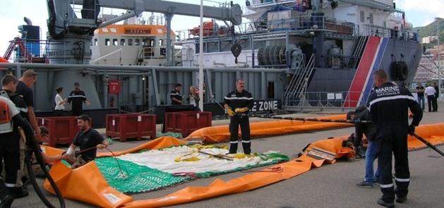 Les hommes du CEPPOL de la Marine Nationale ont formé les pêcheurs bonifaciens à l'utilisation de chaluts récupérateurs d'hydrocarbures lourds, mercredi sur le port d'Ajaccio. (Photo : Yannis-Christophe Garcia)