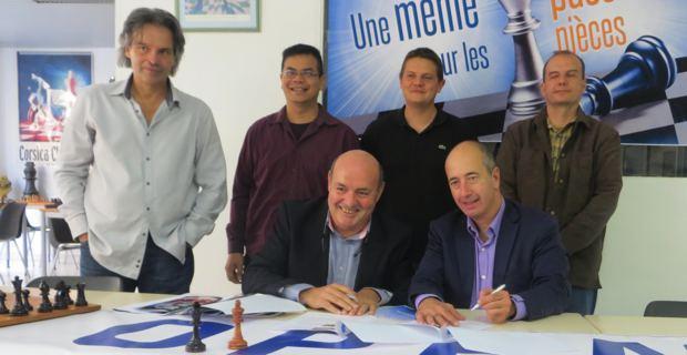Les responsables de la ligue corse des échecs entourent leur Président, Léo Battesti, et Pierre-Noël Luiggi, PDG d'Oscaro.