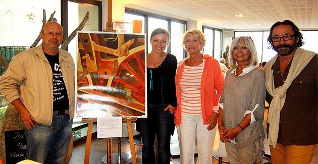 Izabella Belcarz en présence de quelques amateurs d'art, venus découvrir cette première exposition de l'artiste balanine.