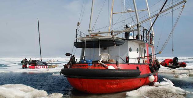 Un bateau corse hiverne dans les glaces de l'Arctique canadien